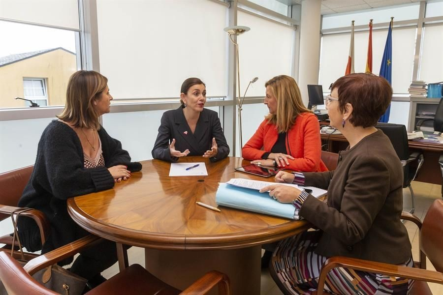 La consejera de presidencia se reúne con Ana Cabrero de ATA y Fernández Cobo de la Asociación de Mujeres empresarias - cantabrialiberal