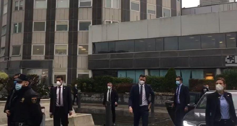 Abucheos a Pedro Sánchez en su visita al Hospital La Paz en Madrid
